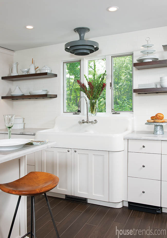 Vintage farmhouse sink weighs 300 pounds