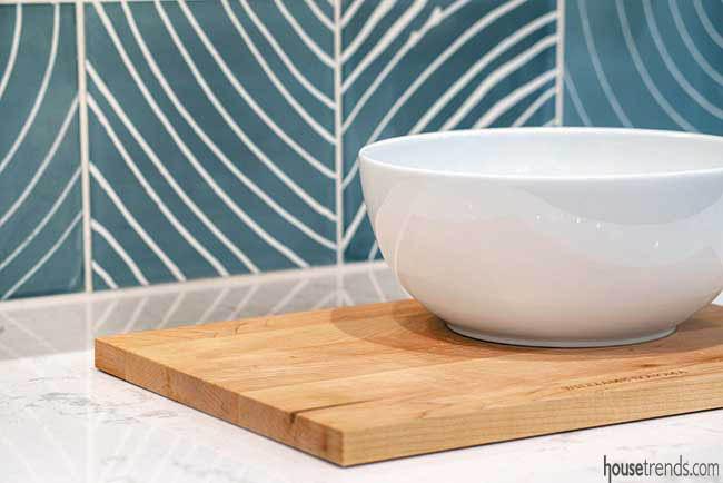 Lines soften a tile backsplash