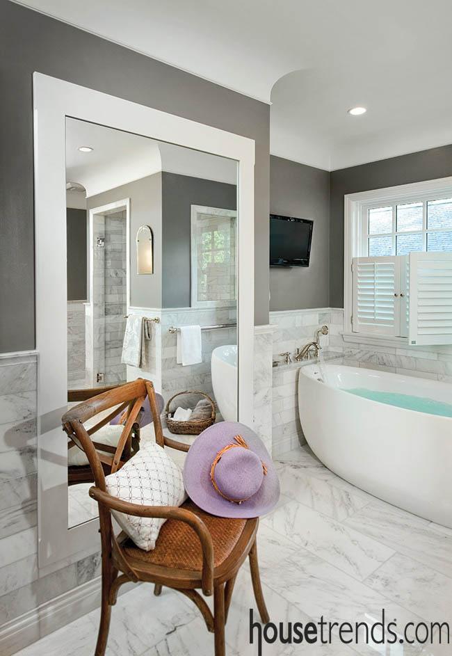 Mirror helps to balance a space near a bathtub