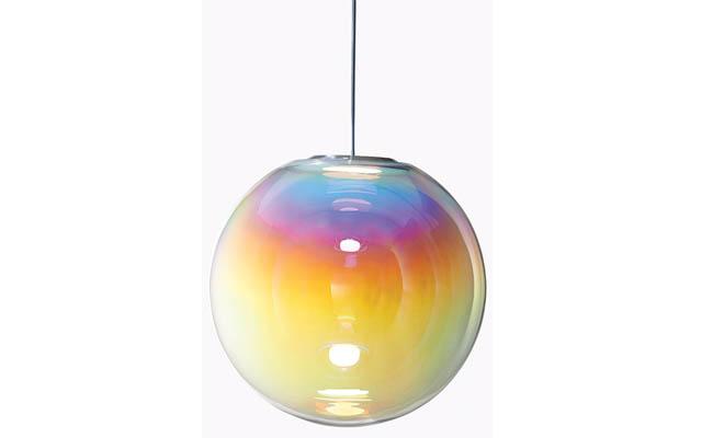 Pendant light mimics a soap bubble