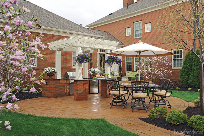 Outdoor landscaping ideas keep a backyard green