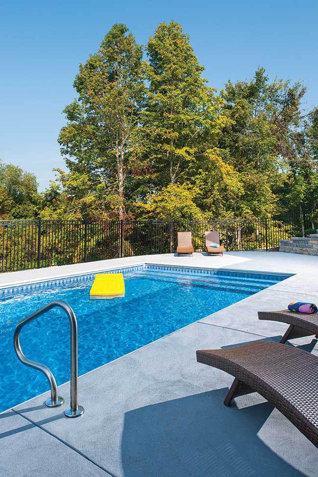 Swimming pool mimics feel of an infinity pool