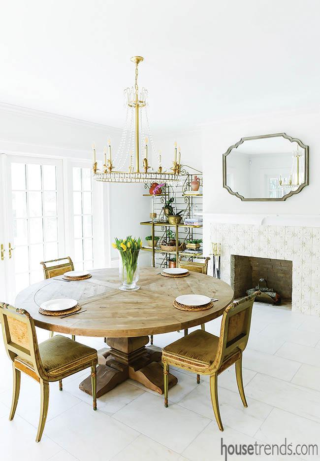 Fireplace surround decorated with fleur-de-lis
