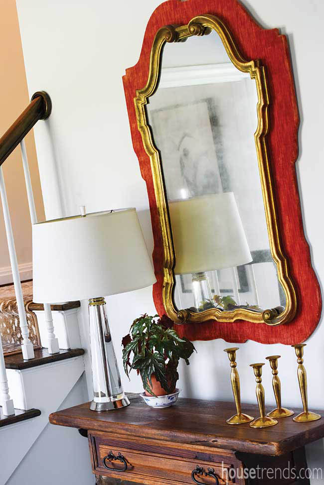 Decorative mirror spices up a foyer