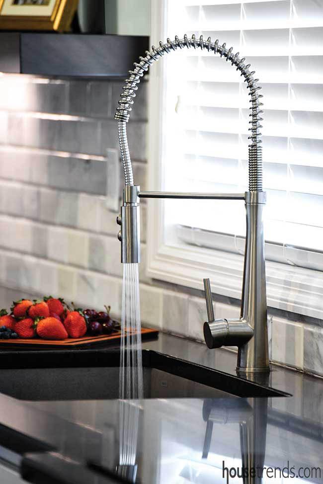 Kitchen faucet makes clean up a breeze