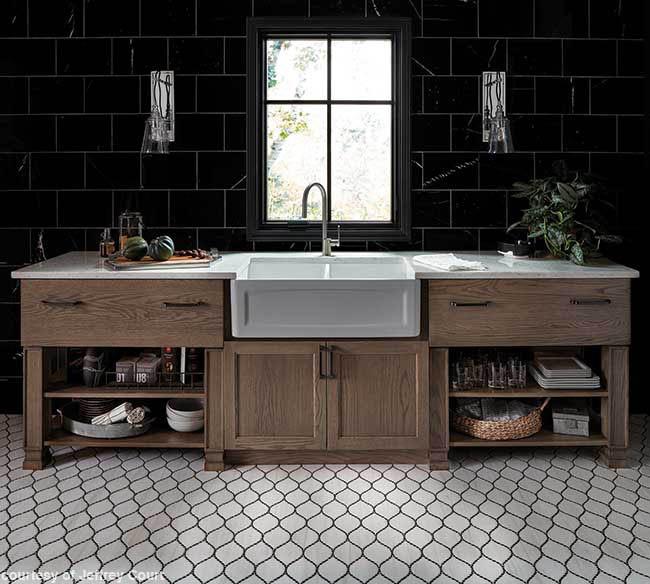 Backsplash complements a farmhouse kitchen