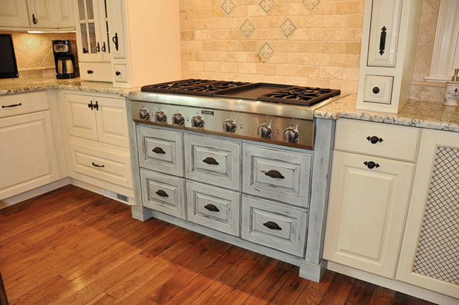 Blue kitchen cabinet colors make this kitchen anything but