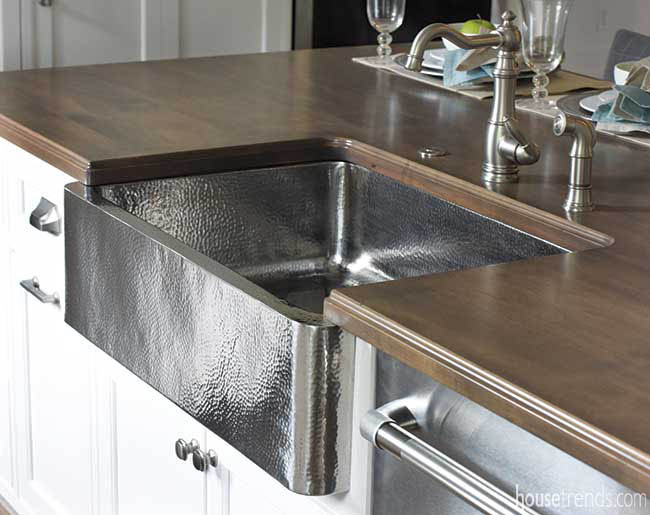 Farmhouse sink made of hammered metal