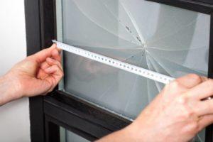 Serviço de conserto de vidros em andamento